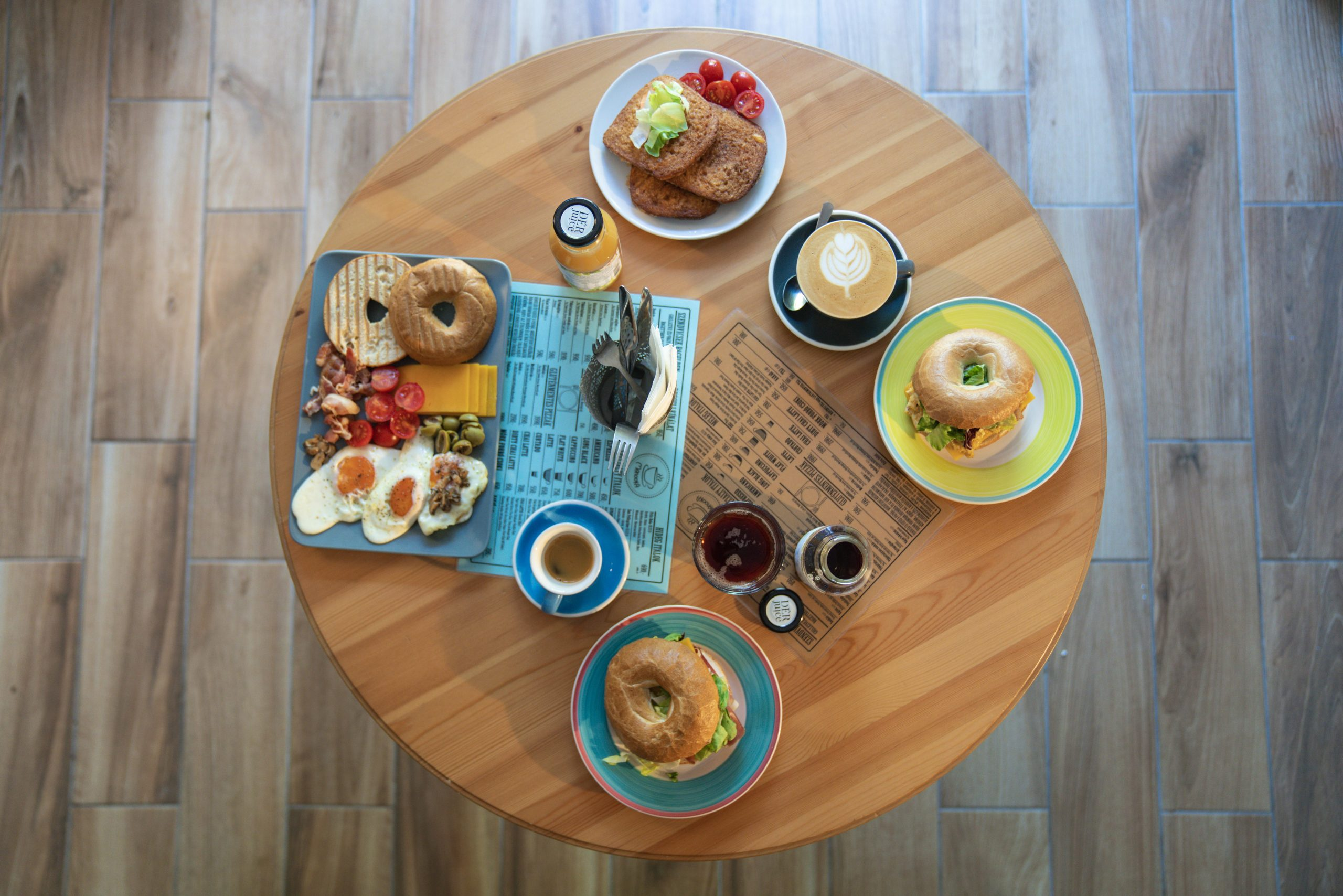 reggeli asztalon kávéval